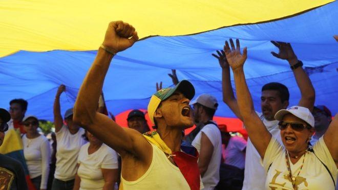 População venezuelana tem ido às ruas em atos contra ou a favor do presidente Maduro (Foto: EPA - via BBC)