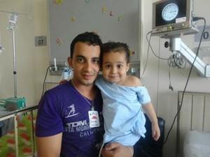Pai com a filha aind ano hospital em 2013 (Foto: Arquivo Pessoal)