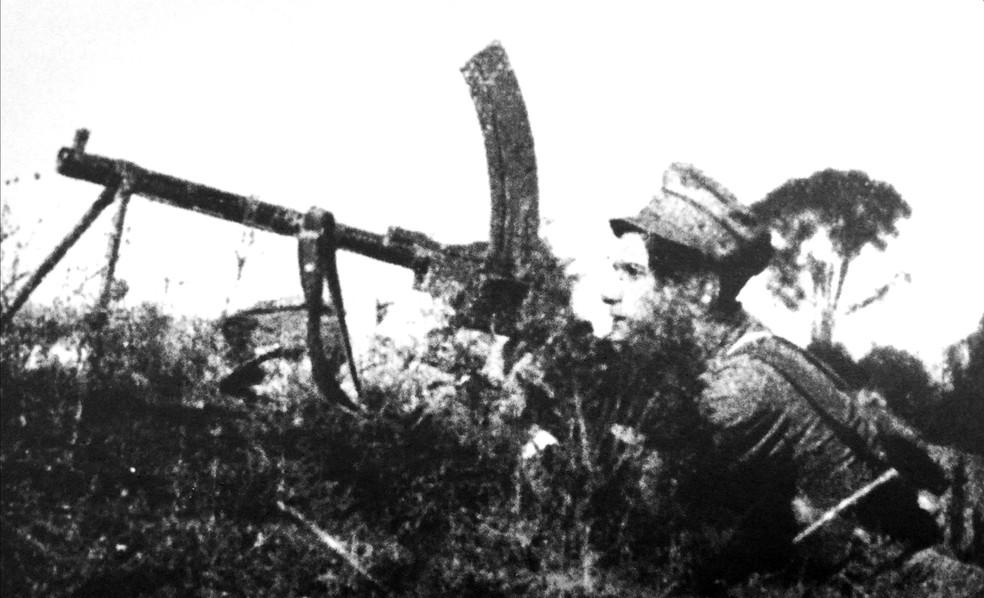 Soldado rebelde manejando uma metralhadora pesada no bairro do Cambuci — Foto: Acervo Alesp