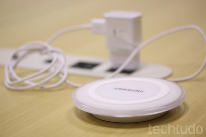 Conheça o Samsung Wireless Charger Pad que será comercializado em breve no Brasil (Foto: Lucas Mendes/TechTudo)