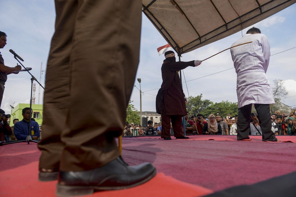 Cirstão recebe chibatadas nesta sexta-feira (19) em Aceh,na Indonésia (Foto: Chaideer Mahyuddin/AFP)