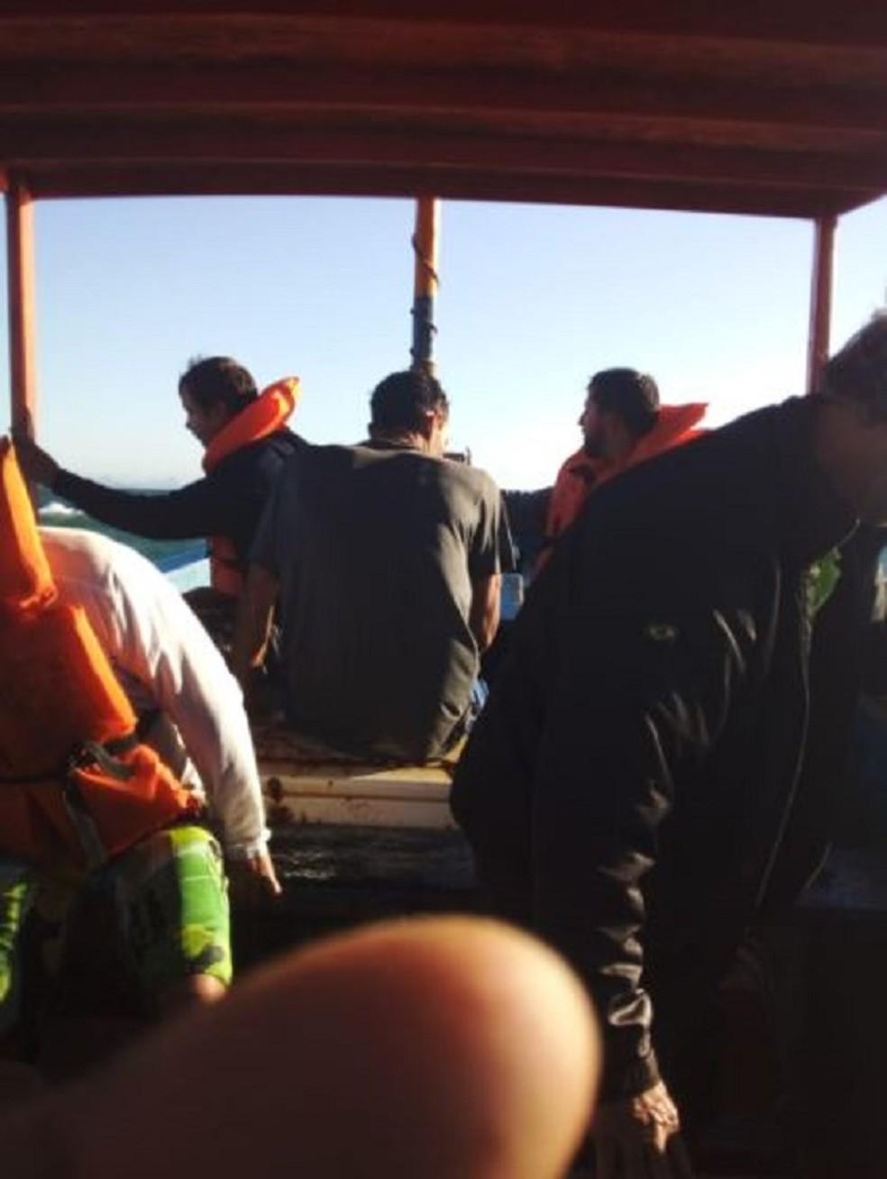 Embarcação com 12 pessoas naufragou no litoral do ES — Foto: Divulgação