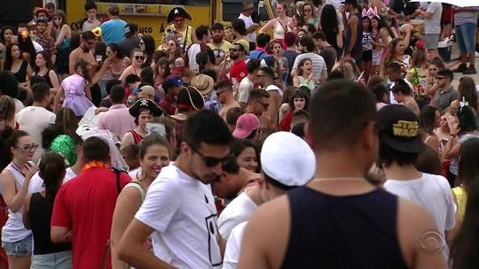 Interior do Rio Grande do Sul festeja carnaval com desfiles, blocos e até trio elétrico