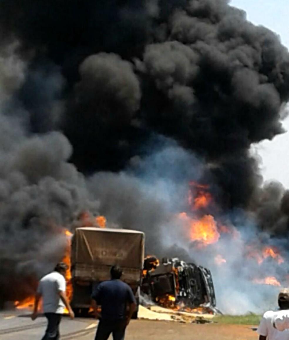 Fumaça escura invadiu a rodovia, que foi interditada  (Foto: Divulgação / Polícia Rodoviária Estadual)
