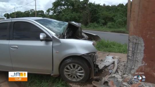 Homem morre após bater carro contra poste de concreto na BR-060, em Goiânia