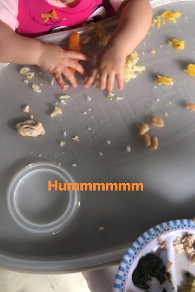 Carol Castro mostra baguncinha de Nina na hora do almoço (Foto: Reprodução/Instagram)