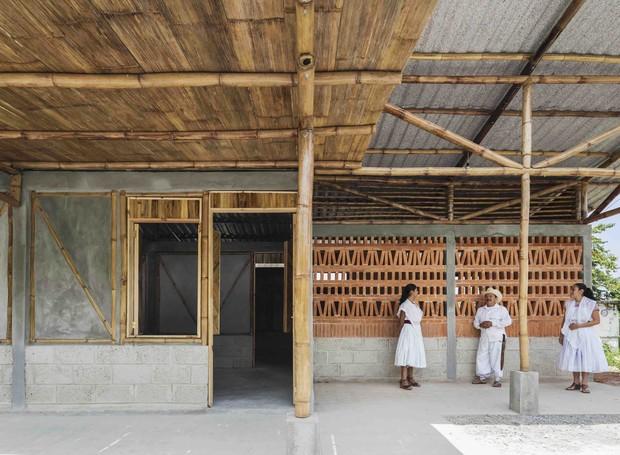 Estudantes constroem escola com tijolos, bambu e palha em área rural do México