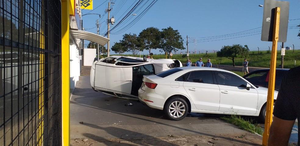 Carro atinge veículos estacionados e causa capotamento em Bauru — Foto: Arquivo pessoal