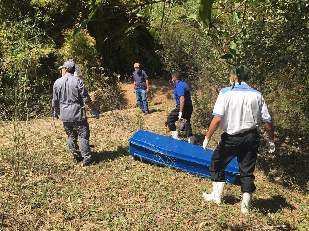 Cadáver foi encontrado dentro de córrego em Presidente Prudente nesta quarta-feira (2) — Foto: Aline Costa/G1