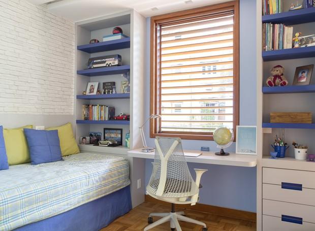 A paleta azul e branca é atemporal e democrática: combina com os acessórios de decoração e a roupa de cama (Foto: Denilson Machado / Divulgação)