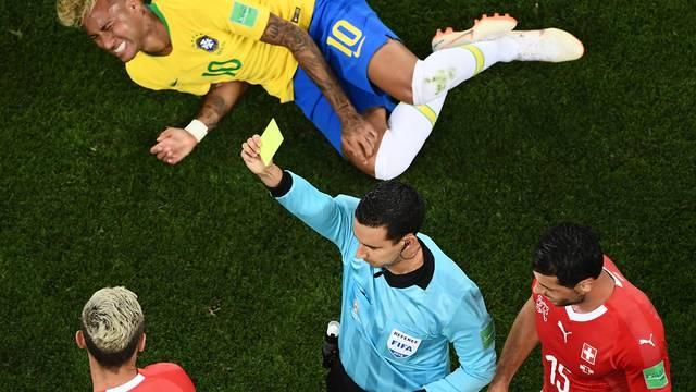Jogador da Suíça recebe cartão amarelo após falta em Neymar