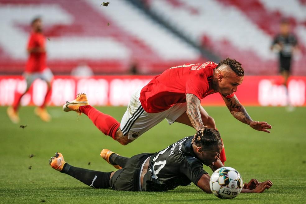 Everton Cebolinha se desequilibra depois de carrinho em Benfica x Rennes — Foto:  EFE/EPA/RODRIGO ANTUNES