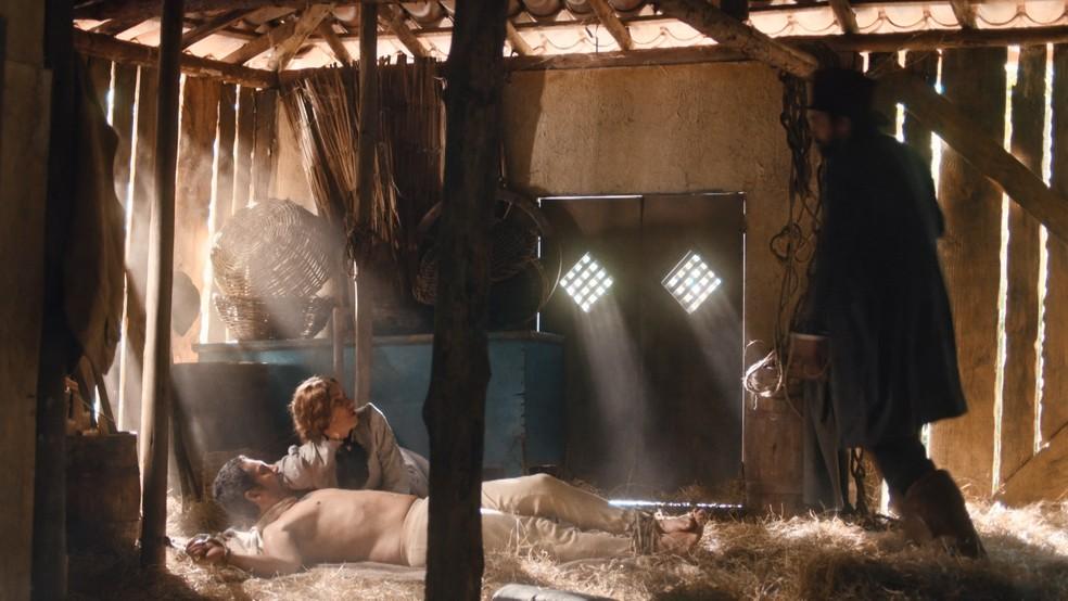 Floriano (Lucci Ferreira) flagra Tonico (Alexandre Nero) e Jerusa (Carolina Ferman) em 'Nos Tempos do Imperador' — Foto: Globo