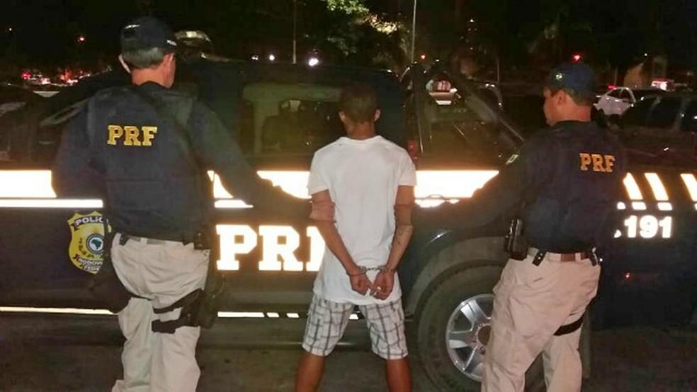 Suspeito de 22 anos foi preso pela Polícia Rodoviária Federal com celulares roubados no Recife — Foto: PRF/Divulgação