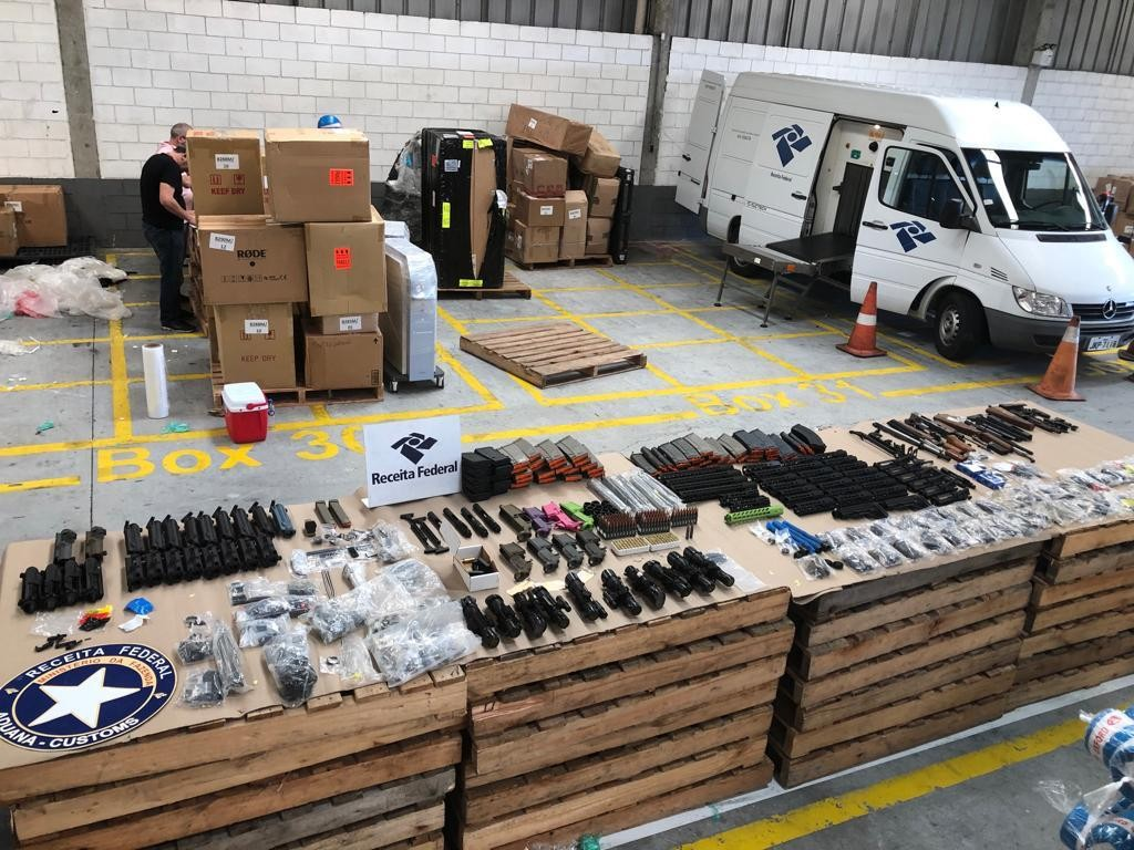 Fuzis são encontrados em contêiner que veio dos Estados Unidos em porto de Santa Catarina - Notícias - Plantão Diário