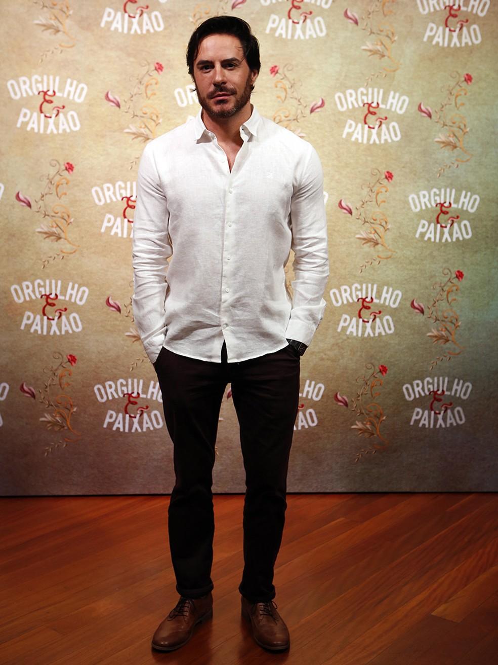 Ricardo Tozzi escolhe camisa branca e calça escura (Foto: Fábio Rocha/Gshow)