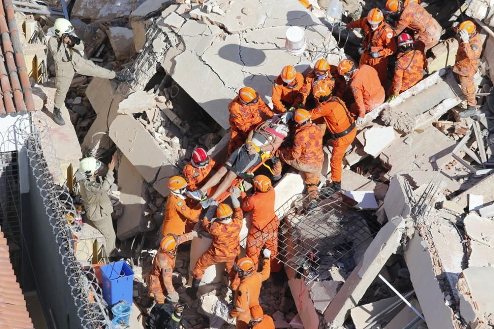 Davi Sampaio é resgatado pelo Corpo de Bombeiros após enviar selfie a familiares de debaixo dos escombros — Foto: Gustavo Pellizzon/G1
