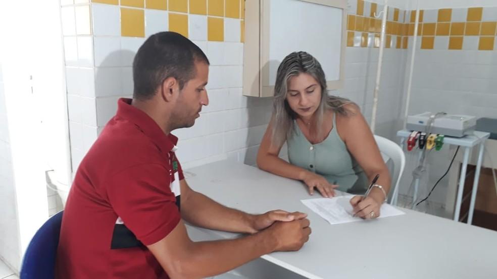 Claudmir Silva foi ao hospital nesta quarta-feira (23) para informar que estava passando mal depois de ter atuado como voluntário na contenção do óleo em São José da Coroa Grande, em Pernambuco — Foto: Antonio Coelho/TV Globo