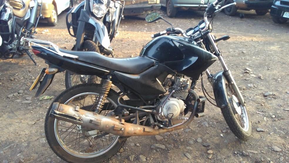 -  Suspeitos presos pelo Batalhão de Choque da PM estavam em uma motocicleta roubada  Foto: Osvaldo Nóbrega/TV Morena