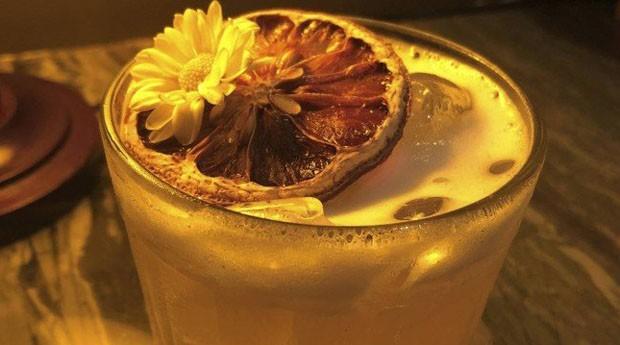 Gusto Cucina e Bar. O Spring Love leva gim, redução de witbier com camomila e limão-siciliano (R$ 32) (Foto: Divulgação)