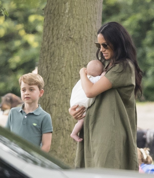 Meghan Markle com Archie, no colo, e George (Foto: Getty Images)
