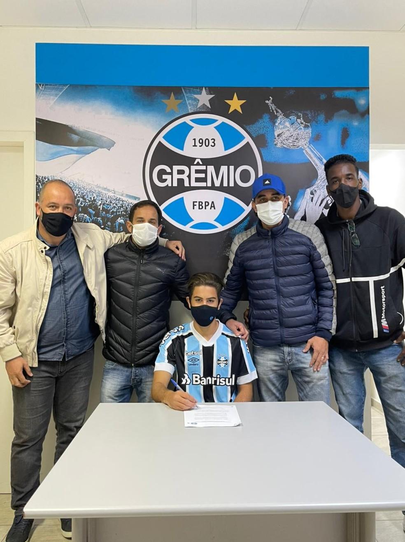Erick durante assinatura de contrato com o Grêmio — Foto: Arquivo pessoal