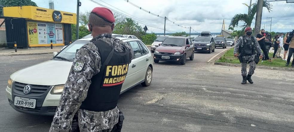 Agentes da Força Nacional fazem barreira pelas ruas de Manaus — Foto: Paulo Paixão/Rede Amazônica