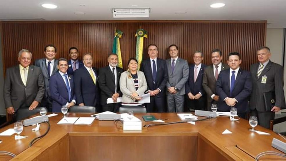 Deputada Joênia Wapichana (Rede) em reunião com ministros, deputados de Roraima e o presidente Jair Bolsonaro (PSL) — Foto: Divulgação
