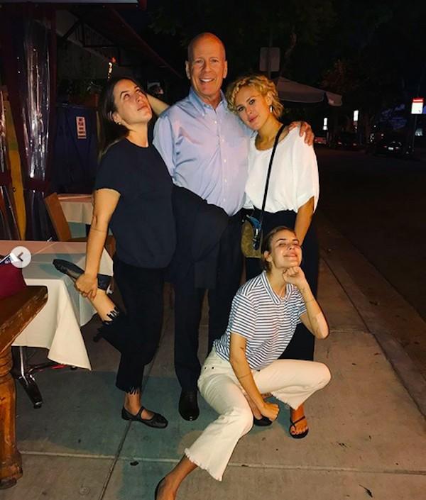 O ator Bruce Willis com suas três filhas  com Demi Moore celebrando o aniversário de 30 anos de Rumer Willis (Foto: Instagram)