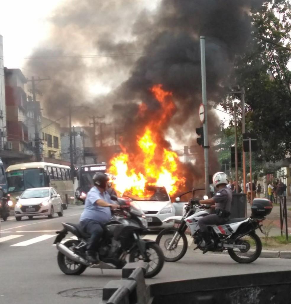 Carro foi queimado na Rua João Pessoa (Foto: Arquivo Pessoal)