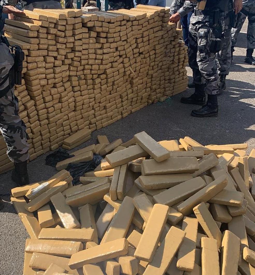 833 kg de maconha apreendidos nesta sexta-feira (11), na DF 250, no Paranoá — Foto: PMDF / Reprodução