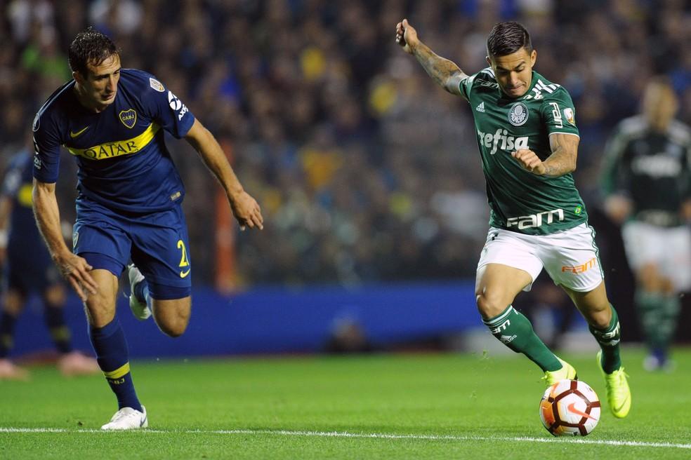 Dudu, do Palmeiras, tenta passar por Izquierdoz, do Boca Juniors — Foto: Wesley Santos/Agência PressDigital