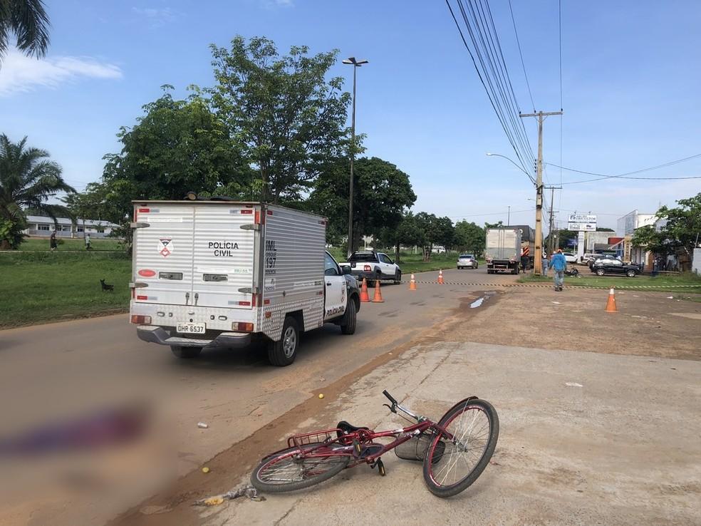 Motorista da carreta disse à PM que não percebeu que tinha atropelado o ciclista — Foto: Jeferson Carlos/ G1
