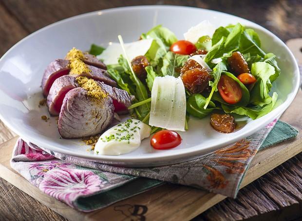 Selado no vinho tinto com pistache, espuma de queijo cabra, salada de rúcula com figos secos (Foto: Divulgação)