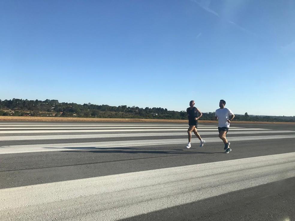 Corredores em pista de pouso e decolagem do Aeroporto Juscelino Kubitschek, em Brasília — Foto: Inframérica / Divulgação