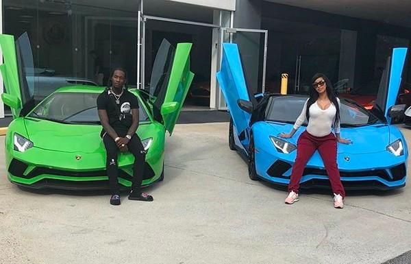 A rapper Cardi B na foto na qual ostenta seus novos carros com o marido (Foto: Instagram)