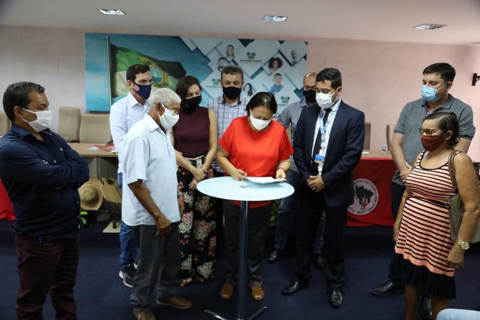 Governo assinou convênio com representantes das famílias e superintendente da Caixa Econômica Federal, Silvio José Conceição — Foto: Sandro Menezes