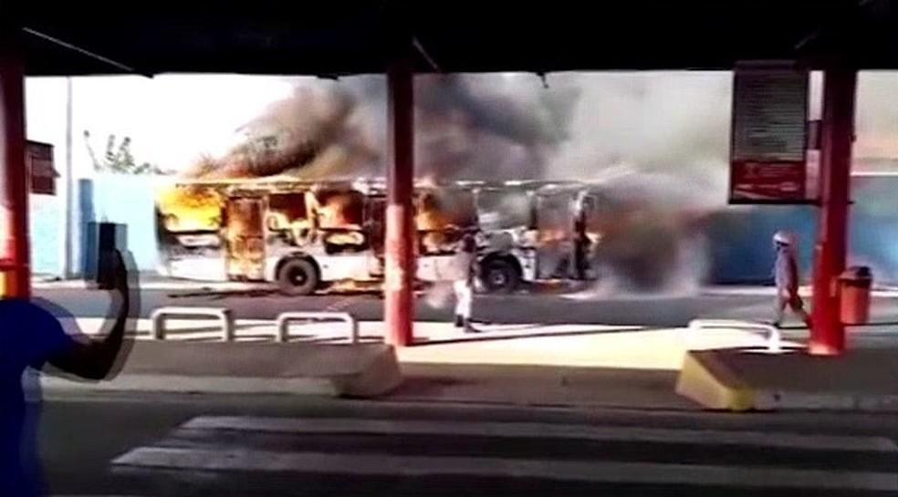 Ônibus pega fogo dentro de terminal em São Luís.  — Foto: Reprodução/ TV Mirante