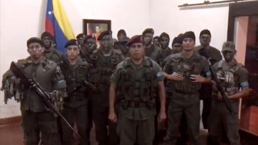 Militares venezuelanos que aparecem em vídeo protestando contra governo de Nicolas Maduro (Foto: HO / HANDOUT / AFP)
