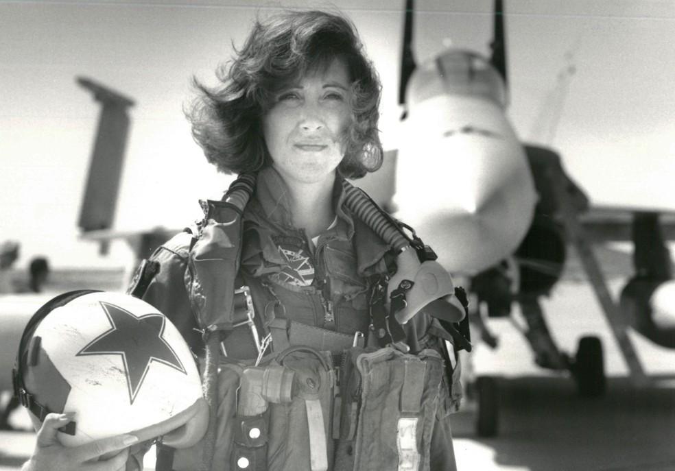 Tammie Jo Shults, em foto de 1992. Ela trabalhou na Marinha e se tornou uma das primeiras mulheres a ser piloto militar nos EUA  (Foto: Thomas P. Milne/U.S. Navy/Reuters)