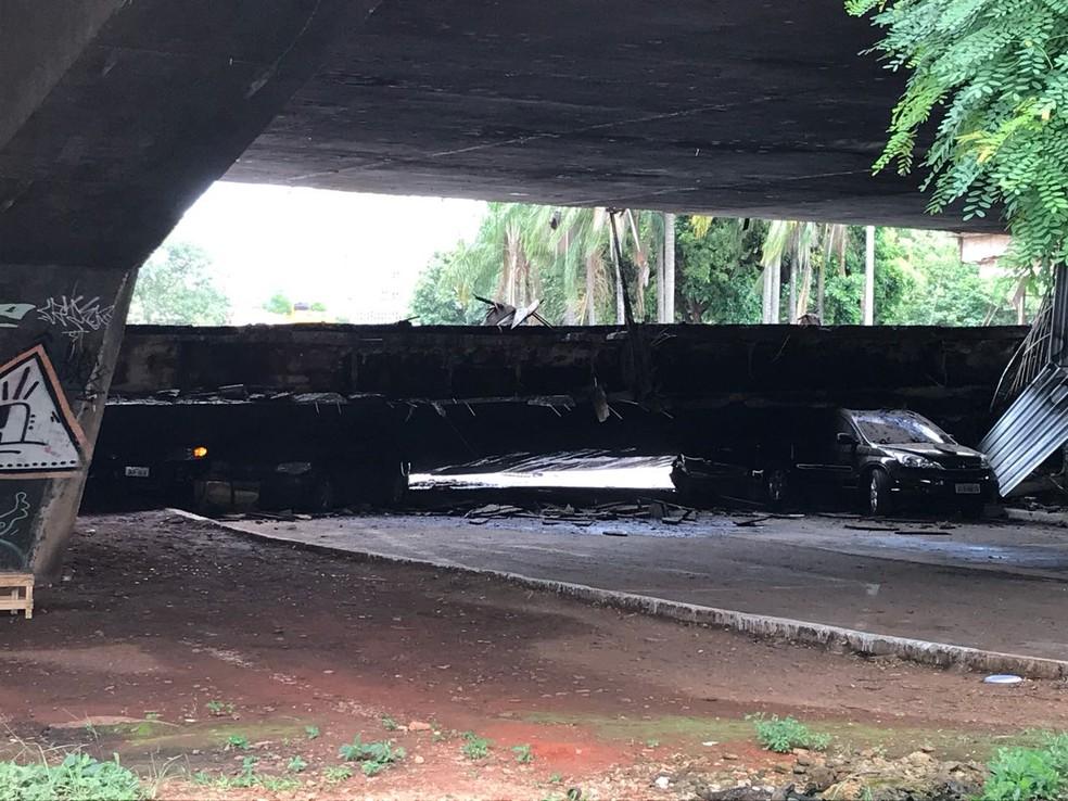 Carros soterrados pelo desabamento de parte do Eixão Sul (Foto: Arquivo pessoal)