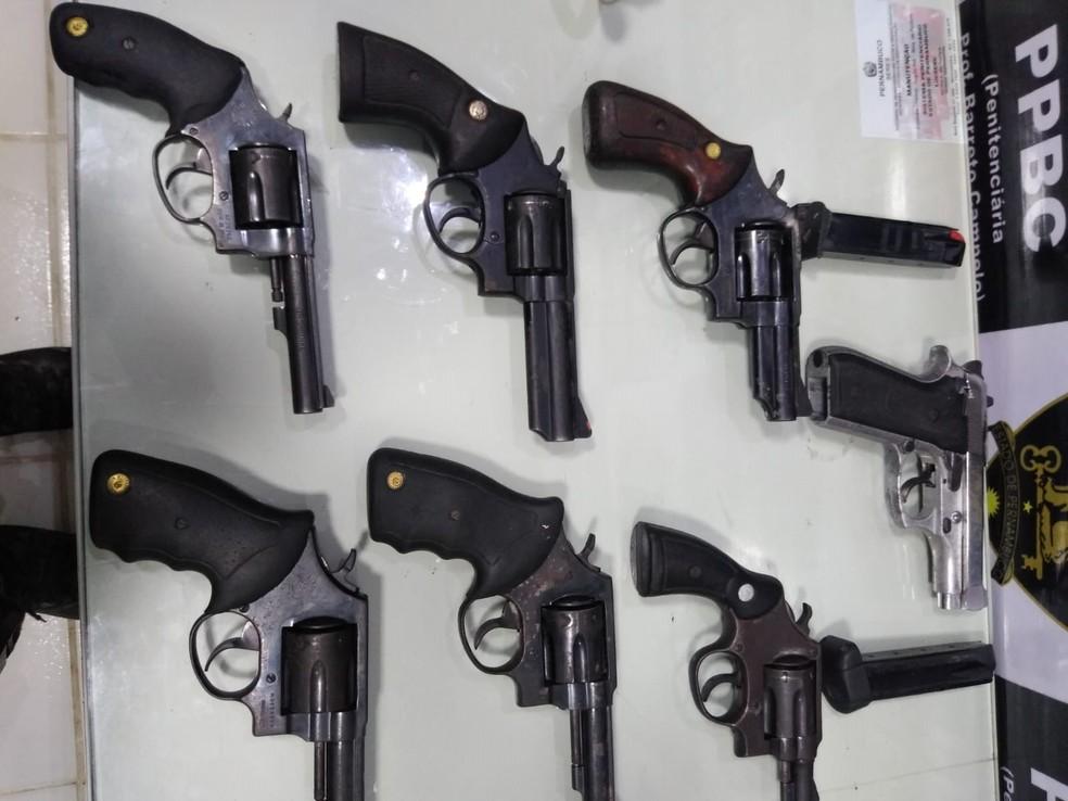 Armas foram apreendidas durante vistoria na Penitenciária Barreto Campelo, em Itamaracá, no Grande Recife, na terça-feira (26) — Foto: Divulvação/Sindasp-PE