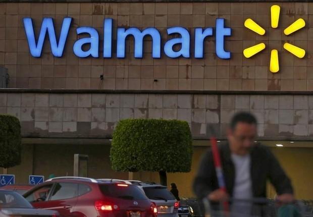 Homem empurra carrinho diante de loja da rede Walmart na Cidade do México (Foto: Edgard Garrido/Reuters)