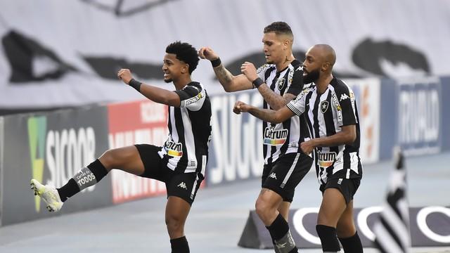 Warley comemora com Navarro e Chay o primeiro gol do Botafogo