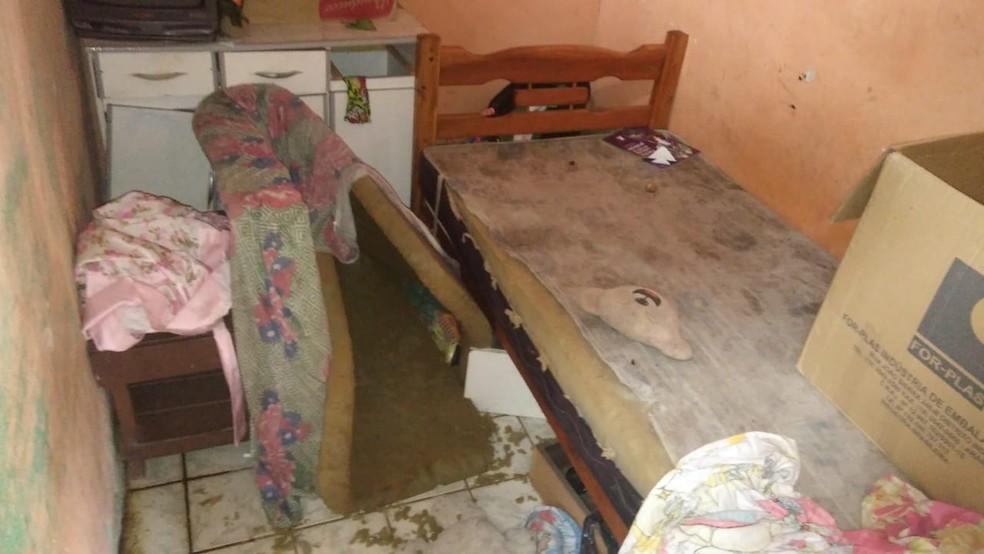 Criança foi encontrada suja e com sinais de maus-tratos dentro de casa, em Caruaru (Foto: Polícia Civil/Divulgação)