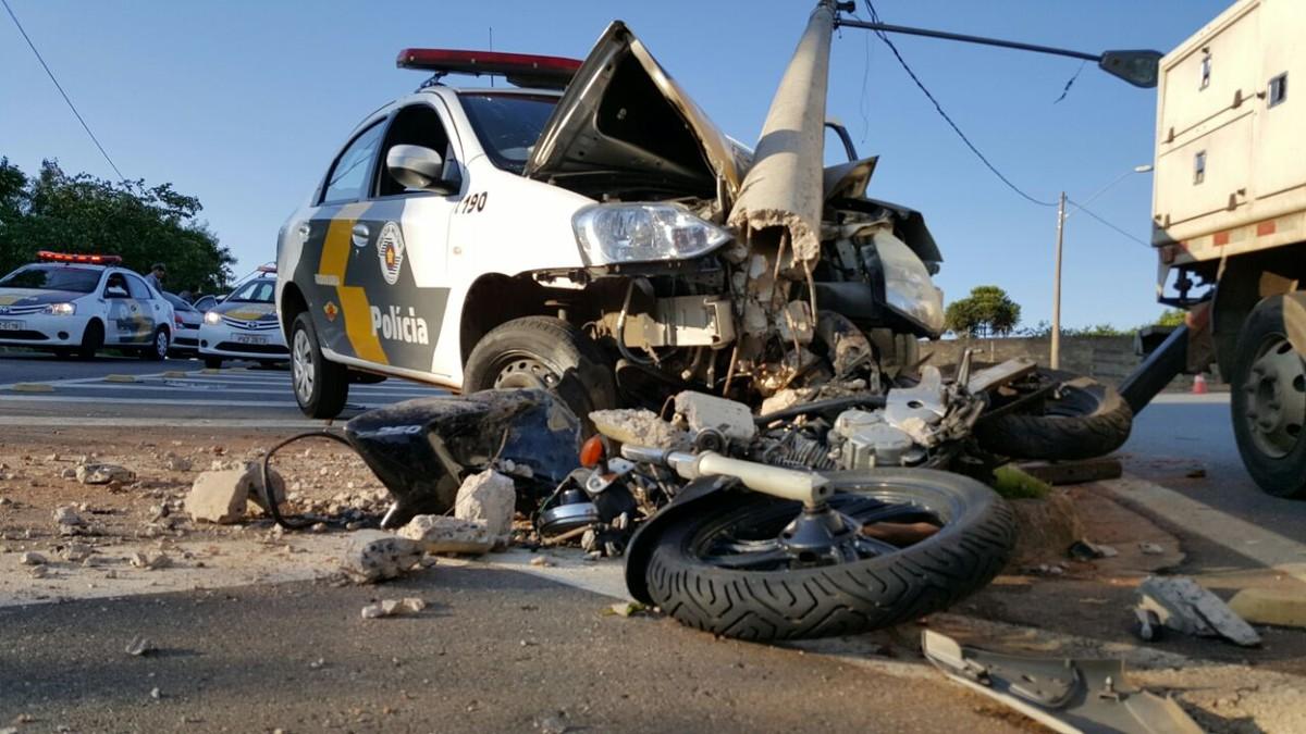 Carro da Polícia Rodoviária atinge poste e motocicleta durante perseguição em Campinas
