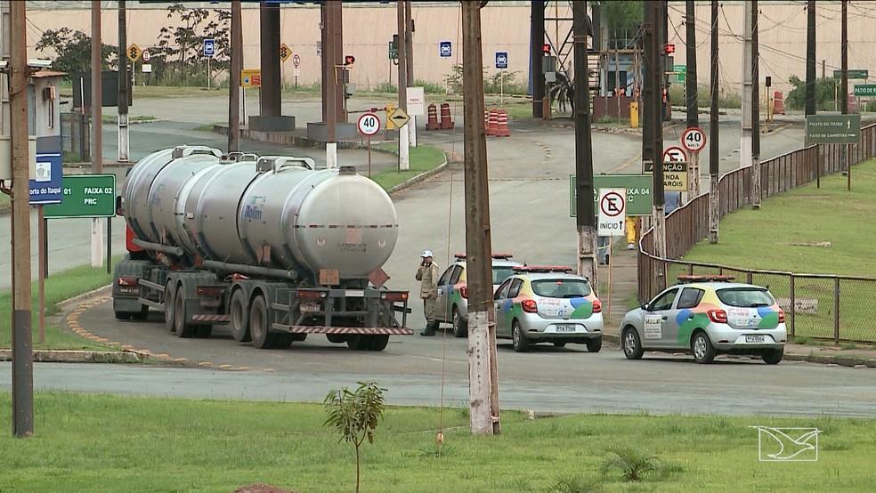 Caminhões-tanque saem escoltados pela Polícia Militar (Foto: Reprodução/TV Mirante)
