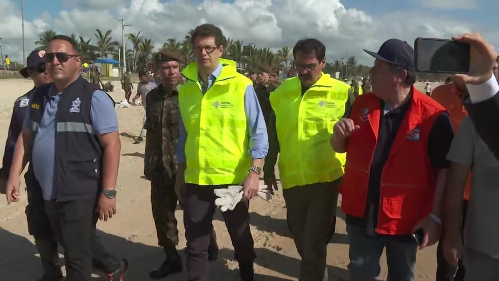 Ministro do Meio Ambiente, Ricardo Salles, em visita a praia atingida por óleo no Cabo de Santo Agostinho — Foto: Reprodução/TV Globo