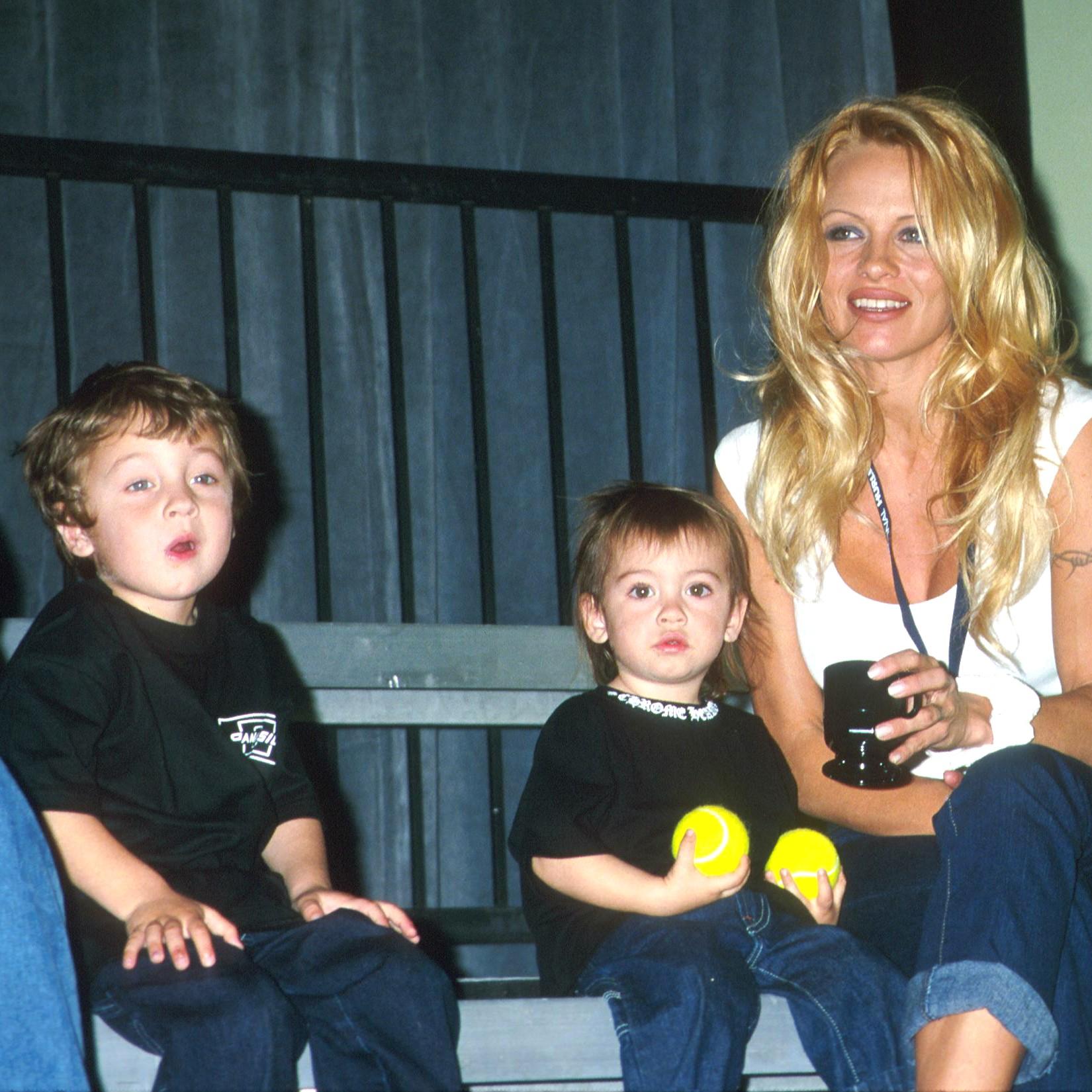 A atriz Pamela Anderson deu à luz os dois filhos (Brandon e Dylan) em casa, por meio da técnica do parto n'água. (Foto: Getty Images)