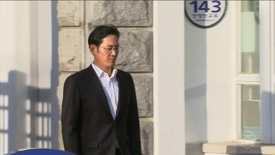 Justiça da Coreia do Sul suspende prisão e herdeiro da Samsung deixa prisão
